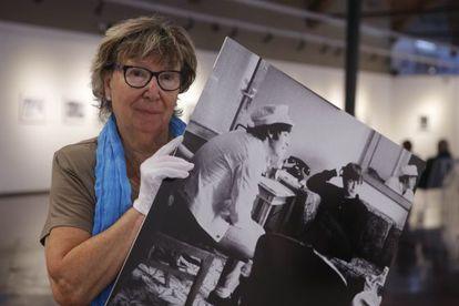 Juana Biarnés sostiene una de sus fotografías a los Beatles.