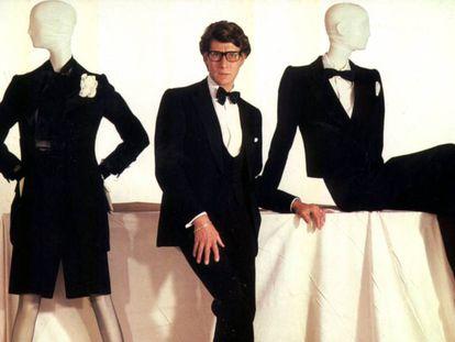Yves Saint Laurent con dos de sus diseños femeninos de noche conjunto de lana colección primavera verano 1968 y traje de chaqueta de lana colecció primavera verano 1982.