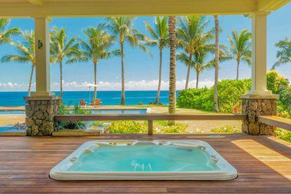 Uno de los mayores lujos de la casa es el jacuzzi al aire libre con vistas a las palmeras y al océano.