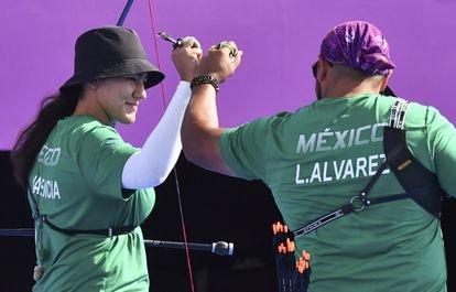 Los mexicanos Alejandra Valencia y Luis Álvarez celebran un set ganado, este sábado.