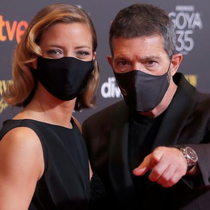 Spanish director and actor Antonio Banderas and journalist Maria Casado pose on the red carpet at the Spanish Film Academy's Goya Awards ceremony in Malaga, Spain, March 6, 2021. REUTERS/Jon Nazca