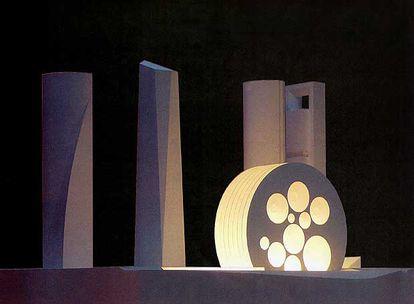 Maqueta del nuevo Centro  Internacional de Convenciones con las cuatro torres de la Castellana al fondo.