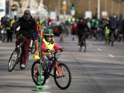 Concentración en el paseo del Prado para reclamar mejores vías ciclistas en Madrid.