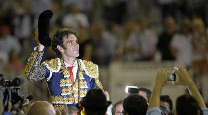 José Tomás, a hombros, en la plaza Monumental de Barcelona el pasado mes de septiembre.