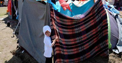 Un niño afgano sujeta su tienda en un campo levantado en Horgos (Serbia, cerca de la frontera con Hungría).