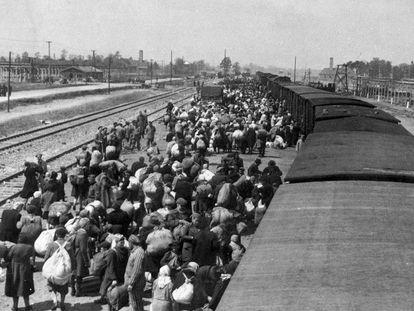 Judíos húngaros llegan al campo de exterminio nazi de Auschwitz, en una imagen tomada por las SS en mayo de 1944.
