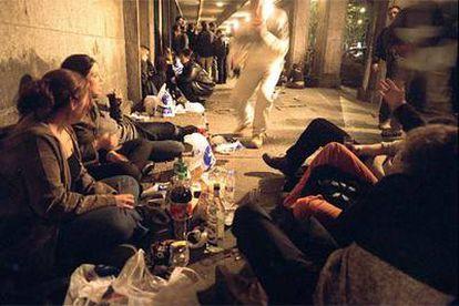 Jóvenes que practican el <i>botellón,</i> una noche en Madrid.