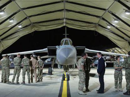 El primer ministro británico David Cameron visita una base aérea en Chipre.