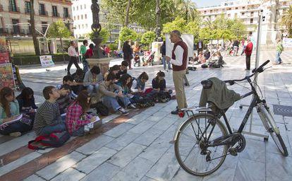 El vicerrector de la UPO Modesto Luceño imparte su clase en la calle.