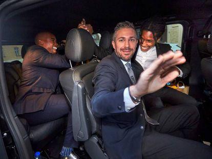 El rapero A$AP Rocky (vestido con camisa blanca) se felicita tras quedar en libertad a la espera de una sentencia en Estocolmo (Suecia).