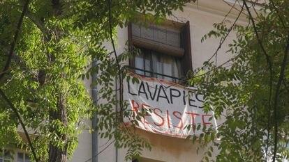 Una de las pancartas que cuelga de un balcón de Lavapiés. ZAVAN FILMS
