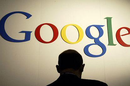 Un hombre ante el logotipo de Google