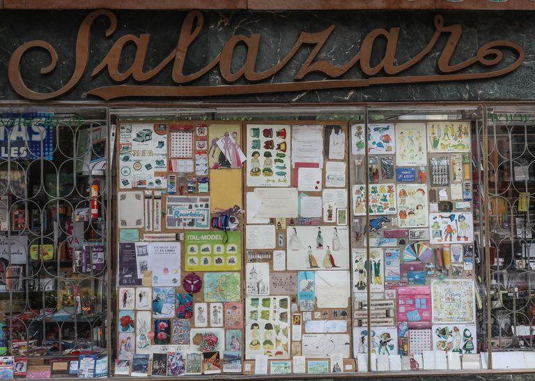 Carteleria de diseño gráfico antiguo en establecimientos históricos de Madrid. En la imagen, la Papelería Salazar, en la calle de Luchana.