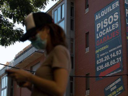 Un anuncio de alquiler de viviendas cuelga de la fachada de un edificio en Madrid.