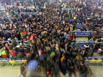 Millones de chinos comienzan sus viajes para celebrar el Año Nuevo chino, la festividad más importante del país y, en muchas ocasiones, la única oportunidad que tienen sus ciudadanos de reunirse con sus familiares. En la imagen, miles de pasajeros se dirigen a los andenes para coger su tren en la estación Hankou, en Wuhan (China).