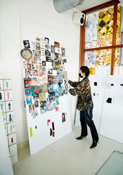 Serre trabaja en el muro de inspiración para sus diseños.