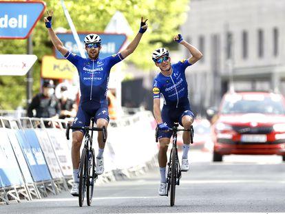 Honoré, a la izquierda, y su compañero Cerny cruzan la meta de Ondarroa. Itzulia