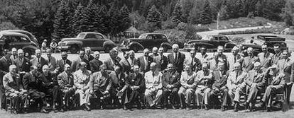 Los jefes de las 44 delegaciones nacionales reunidas en julio de 1944 en Bretton Woods posan para la prensa con las Montañas Blancas de New Hampshire al fondo.