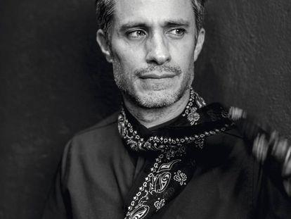 El actor mexicano Gael García Bernal luce una bufanda de seda Saint Laurent. La camisa negra es The Pack.