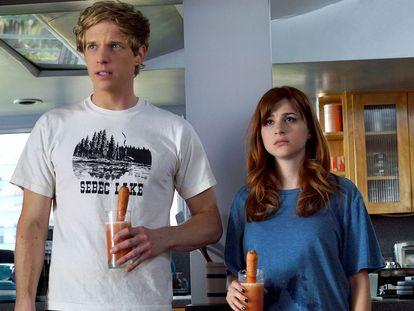 Chris Geere y Aya Cash, protagonistas de 'Eres lo peor'.