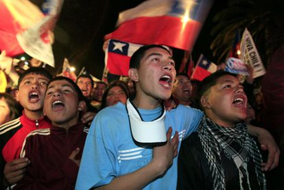 Miembros del campamento Esperanza entonan, tras la llegada a la superficie del último minero, el himno de Chile.