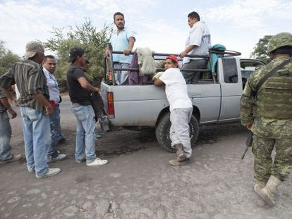 Miembros del Ejército mexicano inspeccionan vehículos en la carretera de Apatzingán a Aguililla (Michoacán) el 24 de enero.