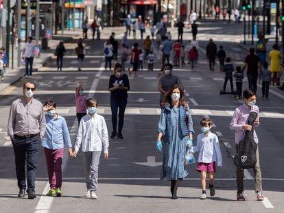 Familias pasean por la Gran Vía de Murcia, cortada al tráfico, el pasado domingo.