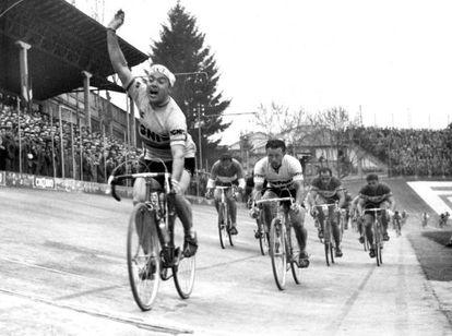 Poblet cruza la meta y se proclama campeón de la clásica Milán-Turín, por delante del belga Bruyne en 1957.