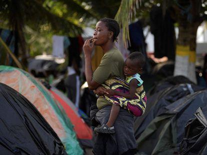 Una mujer y su hijo, esta semana en el poblado de Necoclí, en el norte de Colombia.