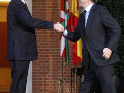 Patxi López (izquierda) saluda a Mariano Rajoy, a su llegada a La Moncloa.