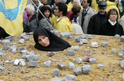 Una mujer iraní toma parte en la recreación de una lapidación realizada en Bruselas.