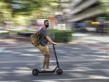 Un usuario de patinete eléctrico este miércoles en el paseo de Sant Joan de Barcelona.