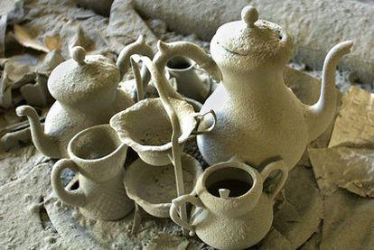 El polvo inundó Manhattan el 11-S. Lo muestra este juego de té, que  formó parte de un grupo de imágenes premiadas con  el Pulitzer.
