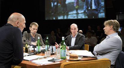 De izquierda a derecha, Rem Koolhaas, Luuk van Middelaar (colaborador del expresidente del Consejo Europeo H. A. Van Rompuy), el político holandés Diederik Samson y el organizador del Foro, Yoeri Albrecht.