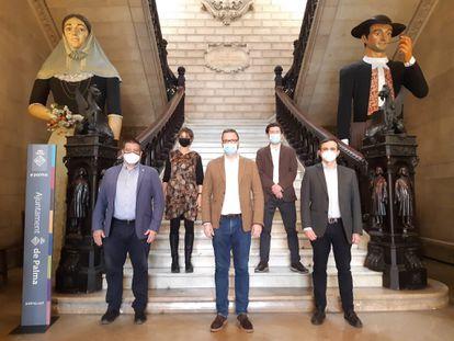 El alcalde de Palma, José Hila, en el centro, con otros representantes municipales, hoy lunes en el vestíbulo del Ayuntamiento.
