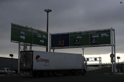 Un camión abandona el puerto de Calais tras desembarcar este 1 de enero del primer ferri procedente de Reino Unido tras el Brexit