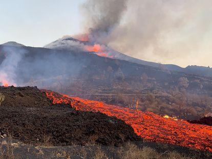 La colada de lava en La Palma, este domingo. INVOLCAN