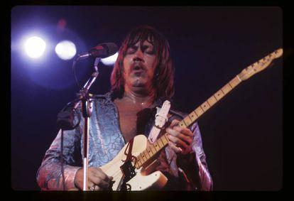 Terry Kath tocando con Chicago en 1974.