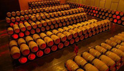 Barricas de vino en las bodegas que el Grupo Miguel Torres tiene en Vilafranca del Penedés.
