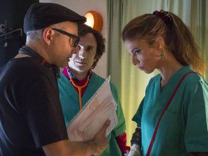 Pablo Berger habla con Maribel Verdú y José Mota en el rodaje.   Tráiler de la película.