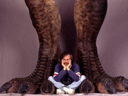 Steven Spielberg, en una foto promocional de 'Parque Jurásico', en 1993.