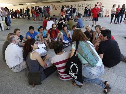 Uno de los grupos de discusión de Podemos en el Jardí del Túria.