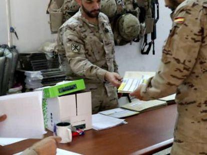 Un militar entrega su voto para las elecciones andaluzas.