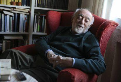 Carlos García Gual, durante la entrevista, en su casa de Madrid.