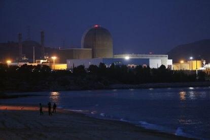 Vista de la central nuclear Vandellós 2 desde la playa de La Almadrava.