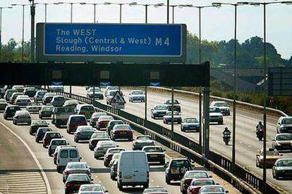 Colas de vehículos en una autopista británica durante las vacaciones de verano en agosto de 2003.