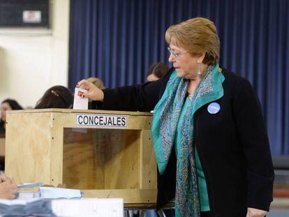 La presidenta Bachelet emite su voto en Santiago de Chile.