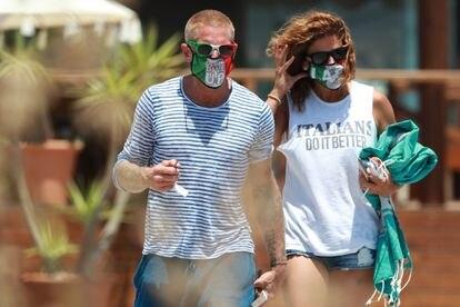 Lapo Elkann y Joana Lemos, con mascarillas por las playas de Ibiza.
