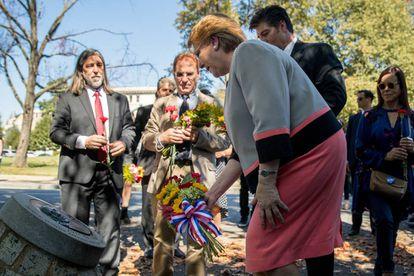 La presidenta Michelle Bachelet ante el memorial a Letelier, acompañada de los hijos del excanciller asesinado por Pinochet
