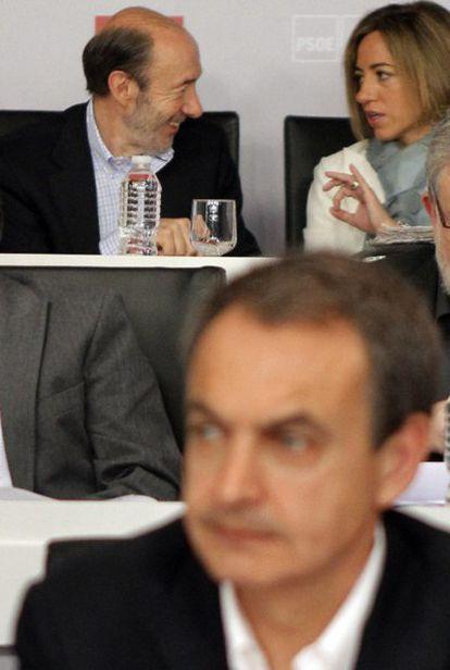 Zapatero, difuminado en primer plano; al fondo dos de los posibles sucesores: Carme Chacón y Alfredo Pérez Rubalcaba.